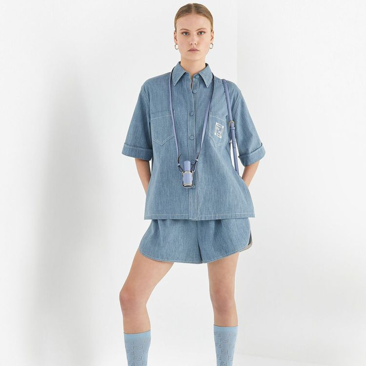 FENDI淺藍色皮革噴霧器保護套,15,800元。圖/取自FENDI官網