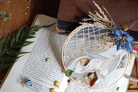以廢棄的蕾絲布料及乾燥後的廢棄花材所製成的花系捕夢網。 圖/PauroraPin