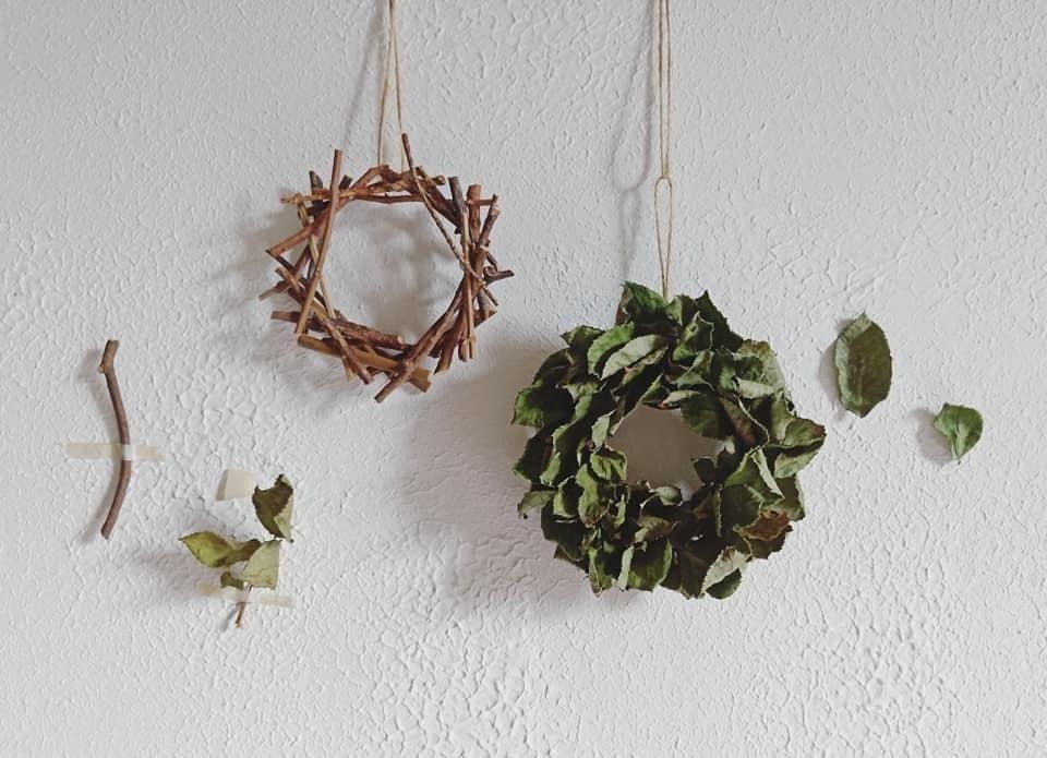 以短小樹枝製成的零廢棄手綁花框(左)及玫瑰花葉製成的零廢小花圈(右)。 圖/Pa...