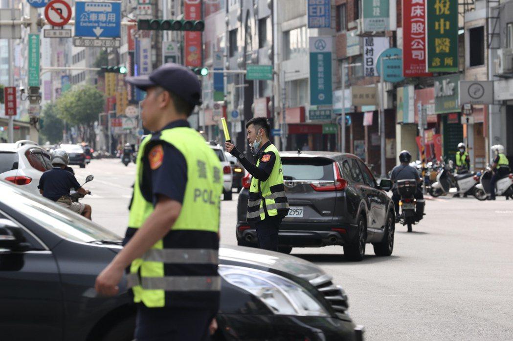 圖為5月13日台北市停電造成號誌失靈交通大打結,只能靠多名交通警察緊急手動指揮交通疏導。 圖/聯合報系