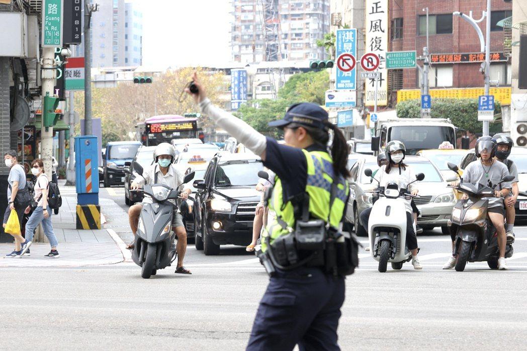 耐人尋味的是,台灣的治安真的有因此跟著警方的績效一起「暴跌」嗎?如果沒有,是不是意味著警方長期以來的專案績效根本無助於治安維護?或是根本與治安無關? 圖/聯合報系