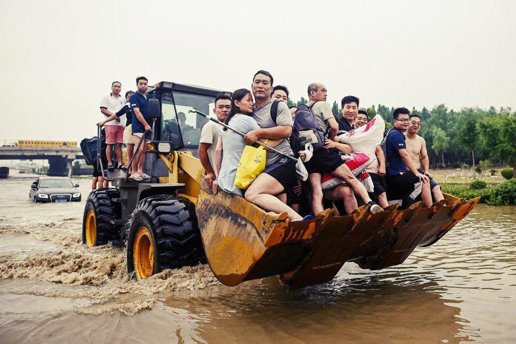 一場洪災之後,斷水斷電斷網的鄭州發生什麼事? 圖/法新社