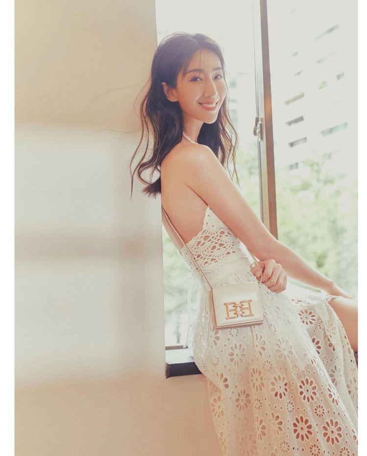 隋棠身穿浪漫雕花設計長裙搭配BALLY手袋。圖/取自IG