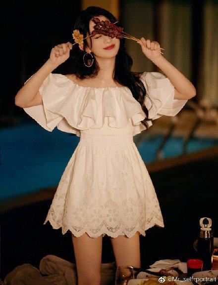 趙麗穎吃個烤肉串也穿self-portrait純白色一字領鏤空棉府綢洋裝。圖/取...