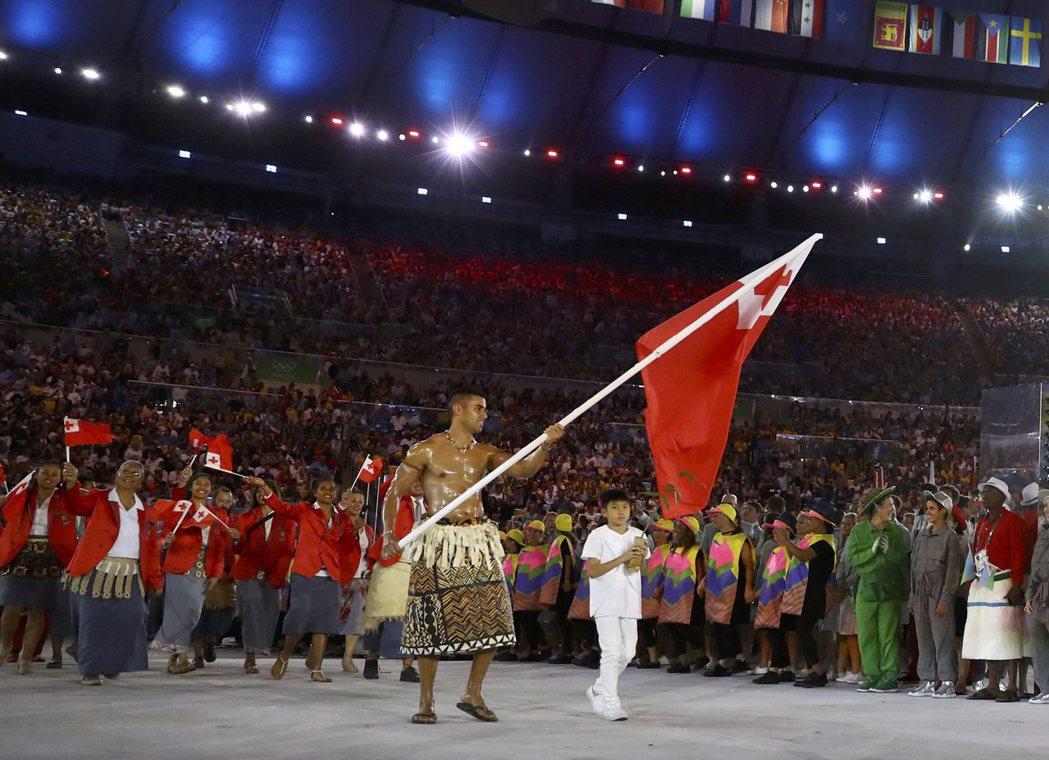 東加「猛男」陶法托夫瓦在2018年平昌冬奧掌旗。 美聯社