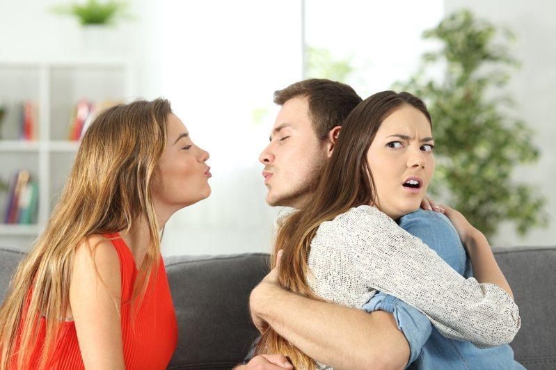 一名網友透露,自己男友和姊姊感情太好,經常同床睡覺,還會嘴對嘴親吻,讓她實在難以接受。 示意圖/ingimage