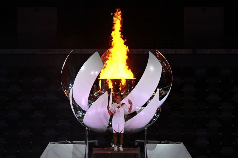 大坂直美負責點燃聖火。 法新社