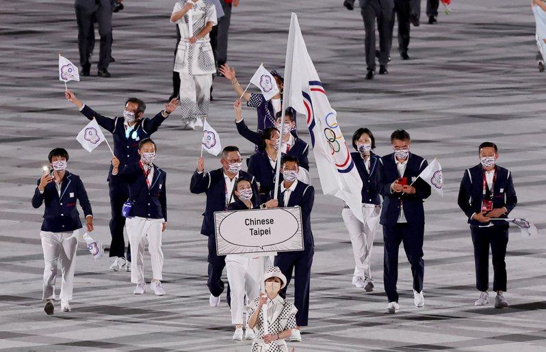 我國由「舉重女神」郭婞淳(前左)與「網球一哥」盧彥勳(前右)擔任掌旗官,排在第104個入場。特派記者余承翰/東京攝影