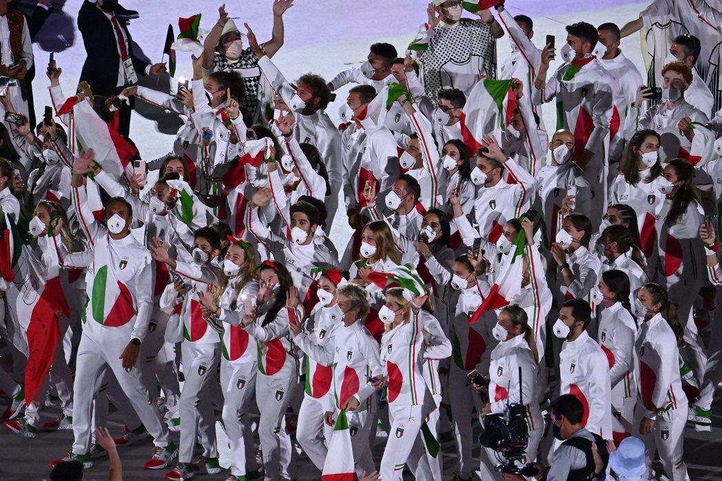 美義大利隊進場隊衣被形容像「西瓜」。