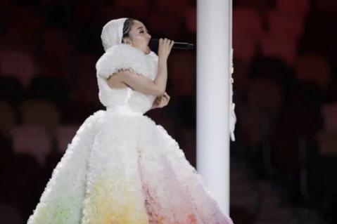 米希亞Misia身穿設計師小泉智貴的服裝登上東京奧運開幕式演唱國歌。圖/路透社、...