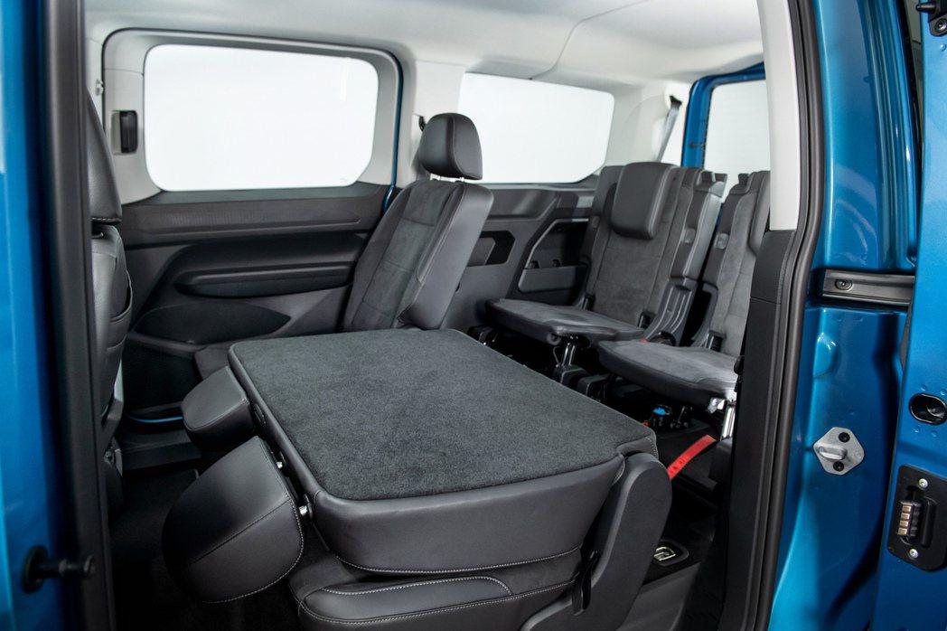 車室座艙整合許多便利的大型儲物空間設計、配置同級唯一第二、三排座椅車頂出風口、提...