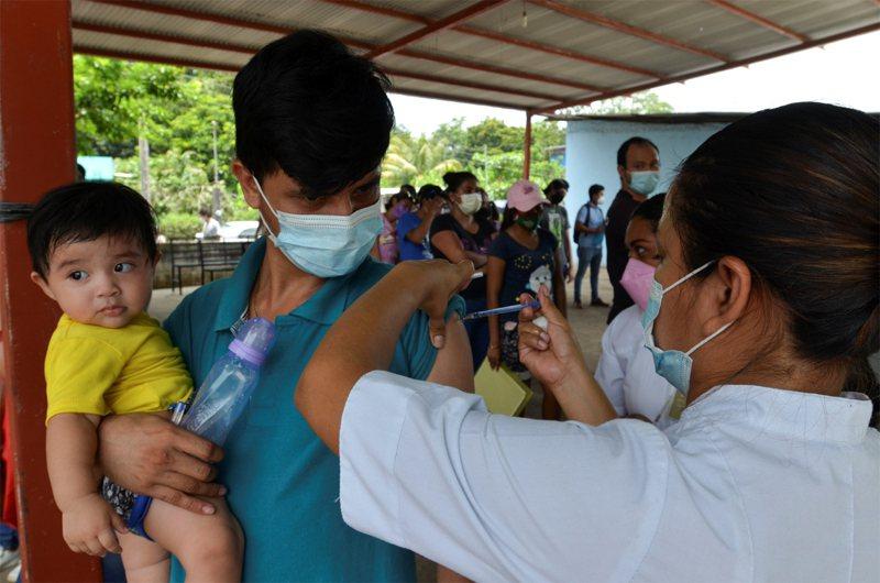 圖為墨西哥農村地區,民眾排隊接種疫苗。路透