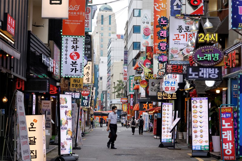 韓國新冠疫情持續,街道上幾乎空無一人。路透
