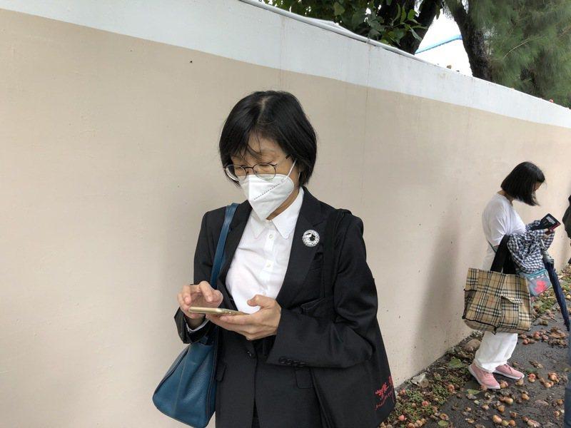 東元股東會23日上午在桃園中壢廠舉辦,大約8時05分,東元董事長邱純枝來到現場排隊靜候入場。 中央社