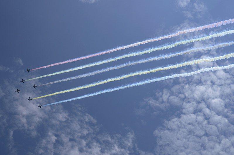 民眾爭睹藍色衝擊波飛行隊畫五環。 美聯社