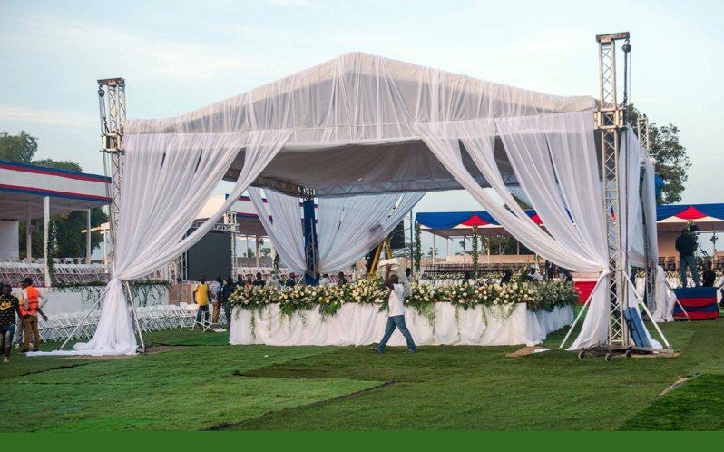 海地總統摩依士(Jovenel Moise)本月初遇刺身亡,今天舉行葬禮,現場採取嚴密維安措施,摩依士的遺孀瑪婷、親戚、內閣成員、政府高層官員將向摩依士進行最後告別。 歐新社