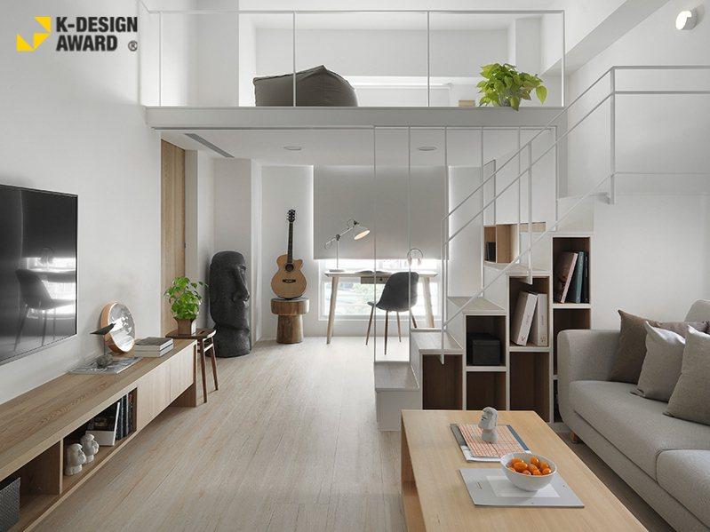 ▲設計團隊除去量體內使空間狹隘且採光不佳的一面隔牆,並劃設使視覺效果挑高寬敞的夾層,於一室純白中創造專屬個人的樂園。