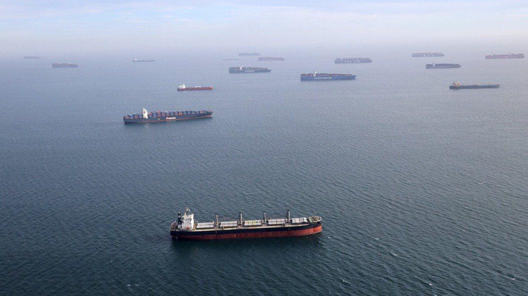 多艘貨櫃輪在洛杉磯港口外等待泊位。 路透