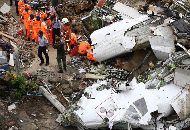 2014年7月23日,復興航空編號GE-222的班機7月23日在澎湖縣湖西鄉西溪村發生迫降意外,造成48人罹難。圖/聯合報系資料照片