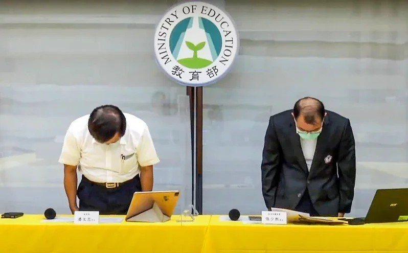 政府承諾參加國際重要賽事的選手和教練以搭乘商務艙為原則,東京奧運選手卻搭乘經濟艙,教育部長潘文忠(左)、體育署長張少熙(右)為此鞠躬道歉。記者陳柏亨/翻攝