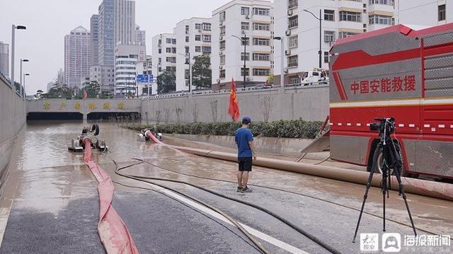 圖為鄭州市京廣南路隧道22日正在進行排水作業,該隧道積水最深處達9公尺。(取自《大眾網》)