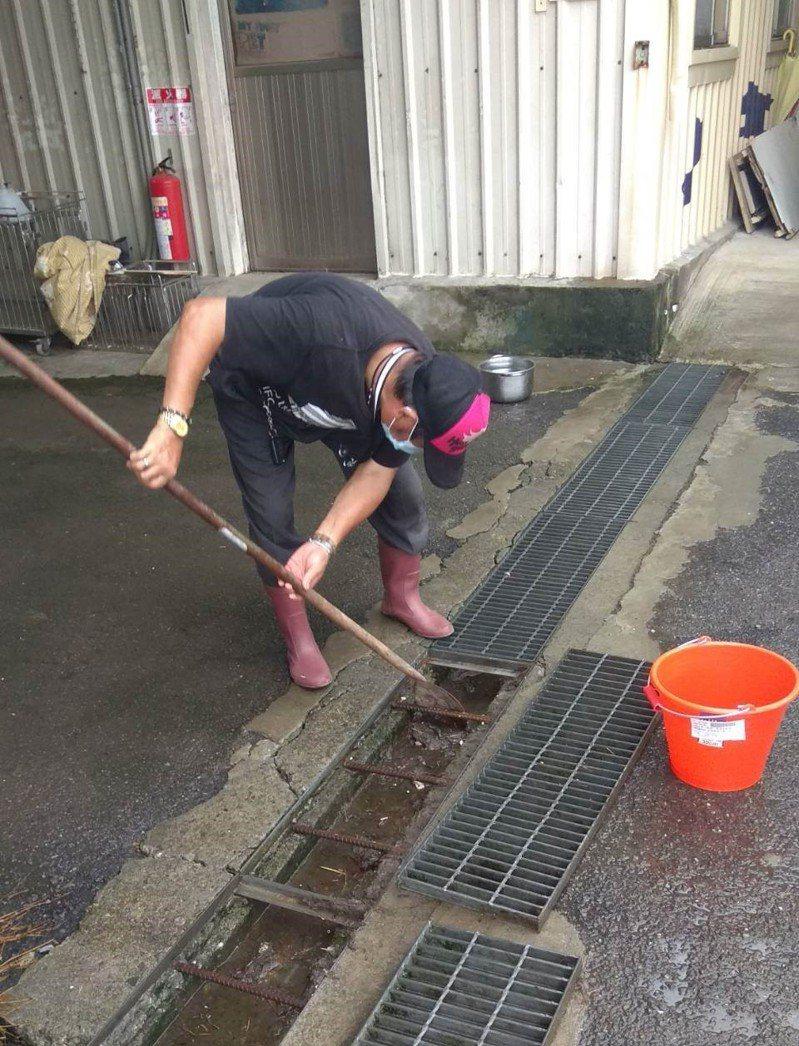 動物之家清理水溝避免阻塞。圖/新北市動保處提供