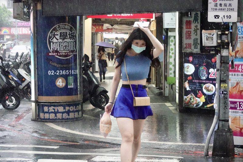 烟花颱風對台灣影響程度有待觀察,但勞工因疫情在家上班,能否放颱風假引起爭議。圖/聯合報系資料照片
