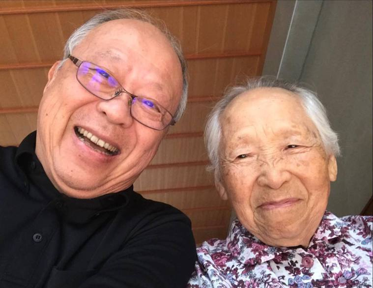 74歲嘉義縣大林慈濟醫院失智症中心主任曹汶龍醫師(左),照顧92歲失智老母親,為...