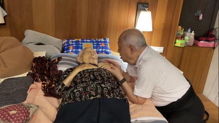 74歲嘉義縣大林慈濟醫院失智症中心主任曹汶龍醫師(右),照顧92歲失智老母親,為...