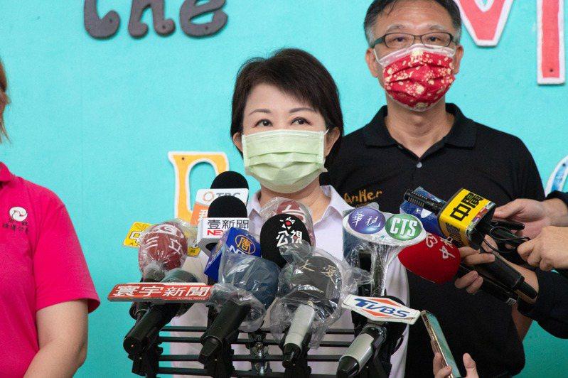 盧秀燕市長今天到台中安和非營利幼兒園視察復課前準備,她在受訪時,對大陸鄭州發生水患表示慰問關心。圖/台中市新聞局提供