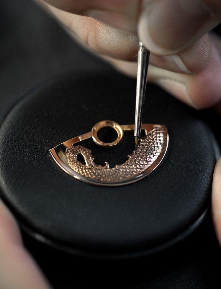 紅金自動盤上並加以精雕工藝,讓神龍見首也見尾。圖 / Jaquet Droz提供...
