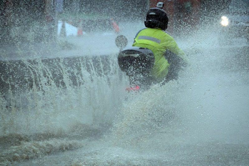 6月4日下午13時左右,氣象局台大自動測站測到1小時累績209毫米的驚人雨量,刷新了10年紀錄,當天水利署陸續對北北基多處發布「淹水警戒」。圖/聯合報系資料照片