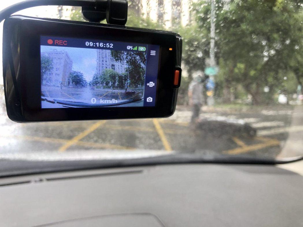 北市警交通大隊表示,若民眾提供車禍影像畫面,經警察局審核有助於釐清案情,可領最高...