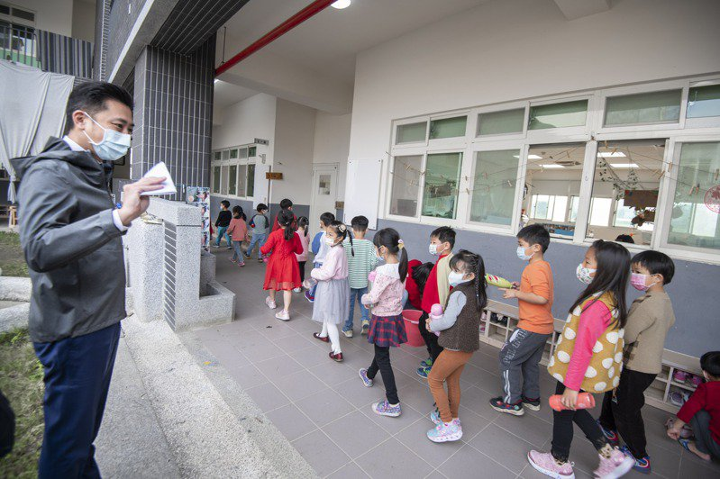 新竹市長林智堅今天中午宣布,27日起竹市餐飲業恢復內用,托嬰中心、幼兒園、安親班與補習班重新開放。圖/新竹市政府提供