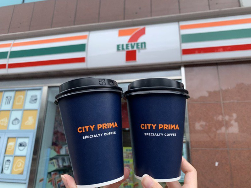 7-ELEVEN OPEN POINT App「行動隨時取」將自7月23日下午2點起至7月25日推出「三級降二級,美好新生活」活動,CITY PRIMA精品拿鐵咖啡32杯優惠價1,888元(現省992元)。圖/7-ELEVEN提供