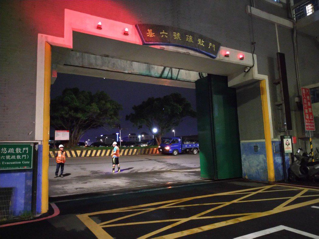 移車要快,台北市今晚7時開始關閉河川疏散門並進行滯留車輛拖吊。  圖/北市水利處...