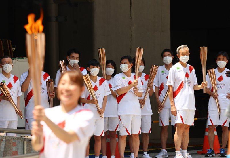 東京奧運今天開幕,但在新冠疫情籠罩的陰影下,2020東奧的質變金牌早就頒給COVID-19。圖為東奧聖火傳遞。路透