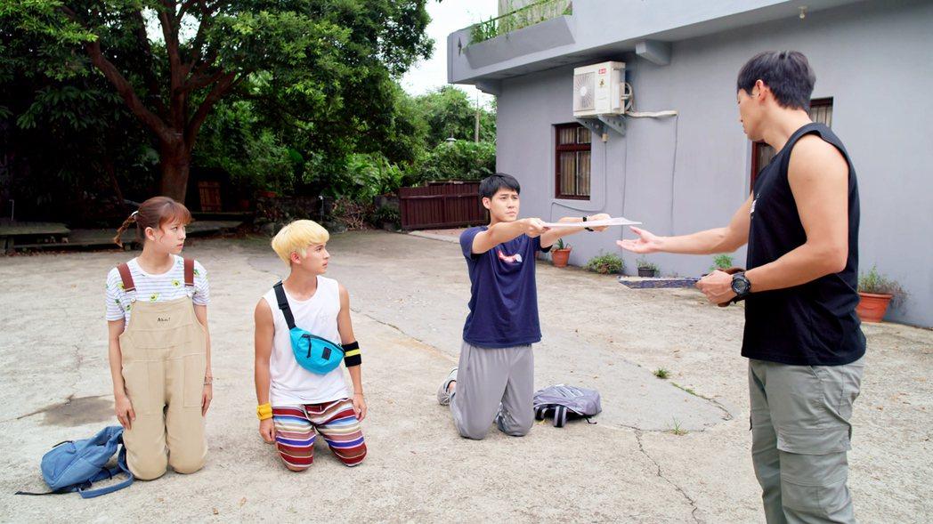 李玉璽(右二)「初跪」腫一片,林暉閔(左二)穿短褲嘆無法「跪得容易」。圖/東森、