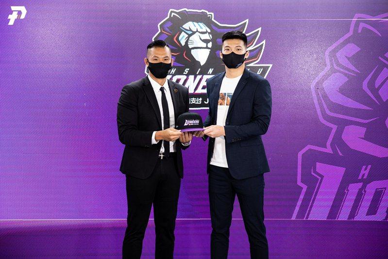 朱雲豪(右)期待能透過籃球翻轉人生。圖/PLG提供