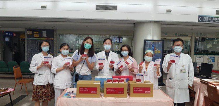 賈永婕(左三)將資生堂捐贈的物品,送給醫護人員。圖/資生堂提供