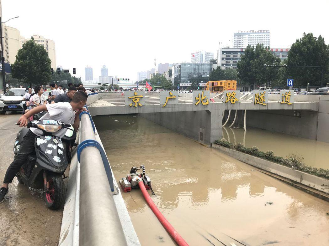 直至22日下午,鄭州京廣北路隧道內積水依然嚴重。(取自《新京報》)