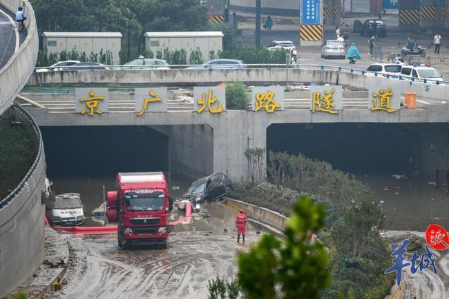 23日上午,鄭州京廣北路隧道內水位已明顯下降。(取自《羊城晚報》)