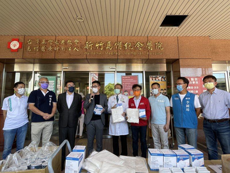 國民黨主席江啟臣(左4)日前到新竹馬偕醫院捐贈防疫物資,競逐黨團辦理初選的3名市議員陳啓源(左1)、林耕仁(左2)與李國璋(右2)都出席同台。本報資料照片