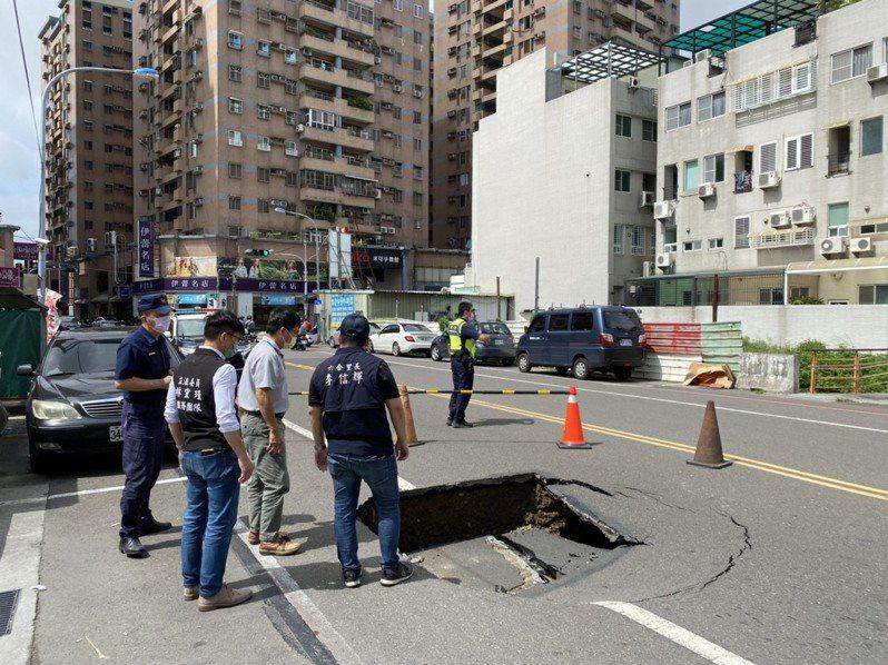 台南永康大片路面突然下陷 所幸剛好沒人車經過。圖/員警提供
