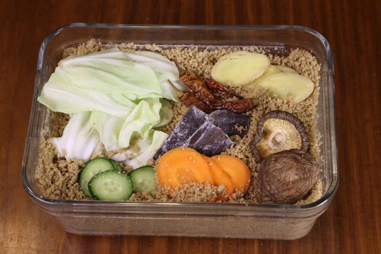 副食材如香菇、海帶、陳皮、蜜棗、辣椒、薑等,除了增添米糠床的鮮味外,也有抑制雜菌...
