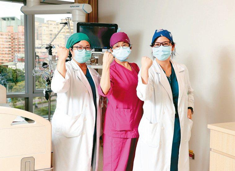 亞東醫院內科加護病房主任張厚台(左起)、護理部督導劉彩文與胸腔外科主治醫師王惠琳...