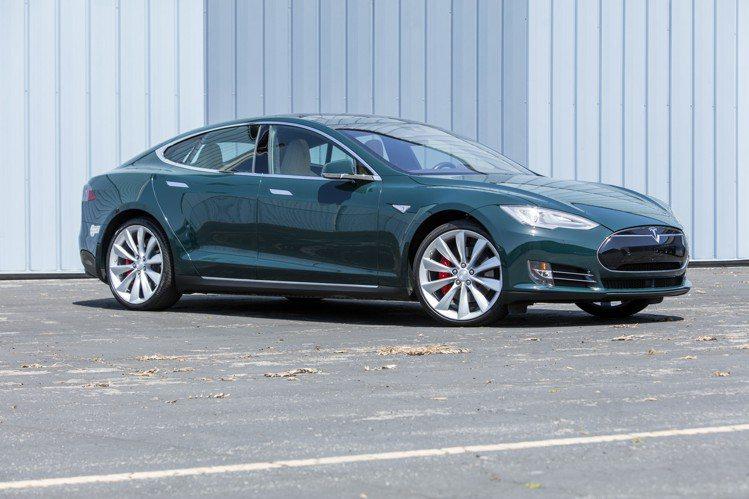 湯姆漢克斯將拍賣的2015 Tesla Model S P85D,估價70,00...