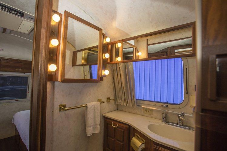 湯姆漢克斯的豪華訂製拖車內建衛浴富有蘋果光鏡子。圖/邦瀚斯提供