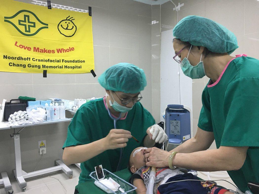 羅慧夫顱顏基金會自2004年起在印尼推動唇腭裂援助計畫,共進行6次國際義診,培訓...