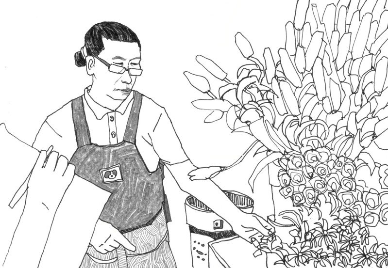 燕妮老闆正在介紹水燭花和玫瑰。圖/林致維(1/2藝術蝦)